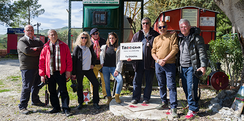 Gli Invasori con il Presidente dell'Associazione Treno Museo di Villarosa, Primo David